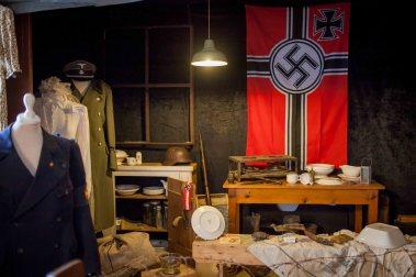 Mellom all fajansen har Øyvind også utstilt litt 40-talsnostalgi. Men han er ikkje nazist, altså! Foto: Matias Nordahl Carlsen