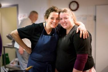 I sommer jobbet Laila Solberg (22) på Rosenvik, som er en attføringsbedrift i Orkanger. Der jobbet hun på kjøkkenet sammen med arbeidsleder Berit Kvåle. (Foto: Mari Aftret Mørtvedt/NRK)