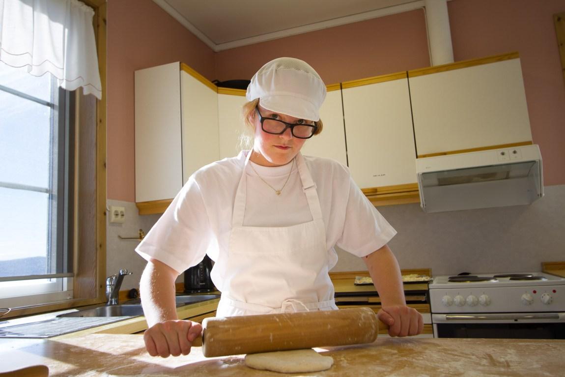 Silje Fridjofsen (19) trives på Peder Morset og mener det er viktig at hun og de andre lærer å jobbe. - Jeg har lyst til å bli gartner, sier hun. (Foto: Lars Haugdal Andersen/NRK)