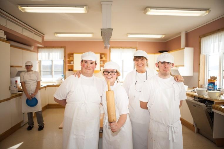 Ådne Skår Brennsæter (19), Silje Fridjofsen (19), lærer Liv Hammer og Iver Østby Tronstad (20) lager pizza på kjøkkenet. (Foto: Lars Haugdal Andersen/NRK)