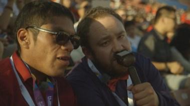 """- Vi er som Solan og Ludvig. Jeg er Solan, fordi jeg er litt mer WOW, liksom, sier Mats Sollid (30), som sammen med kollegaen Erlend Due Bergseth (26) var programledere for """"Special olympics"""" i sommer. (Foto: NRK)"""