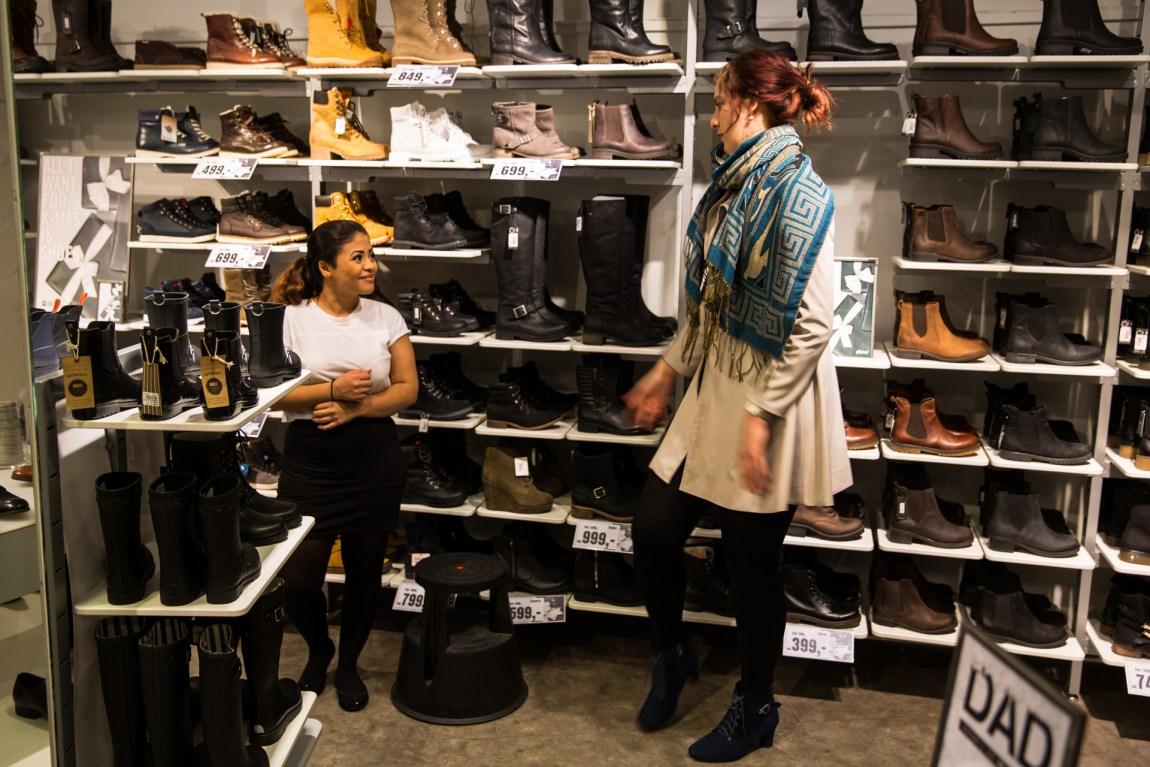 Det finnes ingen damesko i størrelse 44 i vanlige butikker. (Foto: Anne Dorte Lunås, NRK)