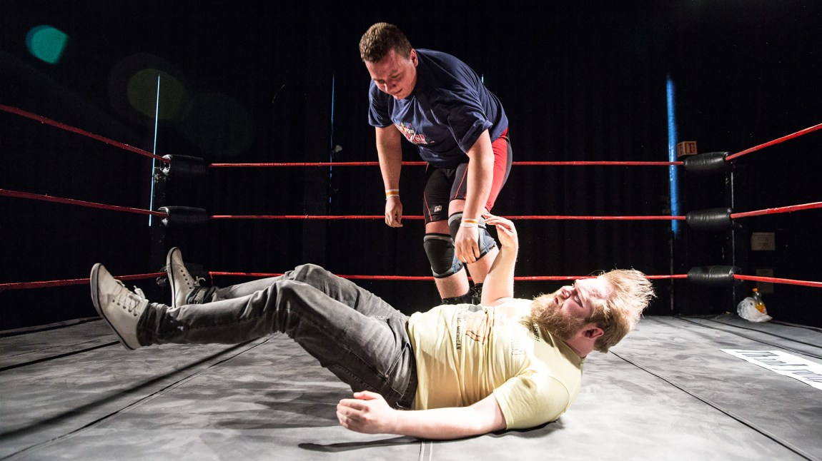Dokumentarist Ken Wasenius-Nilsen (liggende) på wrestlingtrening sammen med Håvard Ryan (29). (Foto: Kim Erlandsen, NRK)