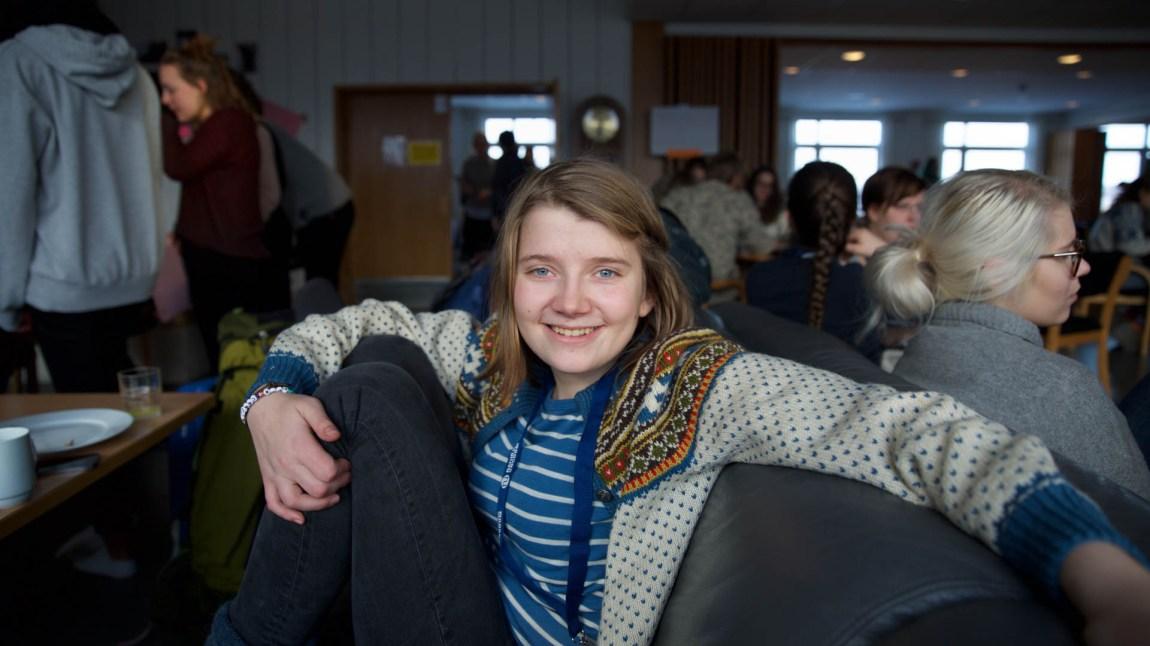 Amanda har på seg det som er miljøbevegelsens bunad: Ullgenseren. (Foto: Anne Dorte Lunås, NRK)