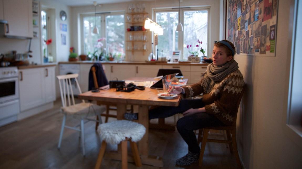 Amanda har vokst opp i en miljøbevisst familie. Rundt dette kjøkkenbordet er det påbudt å engasjere seg. (Foto: Anne Dorte Lunås, NRK)