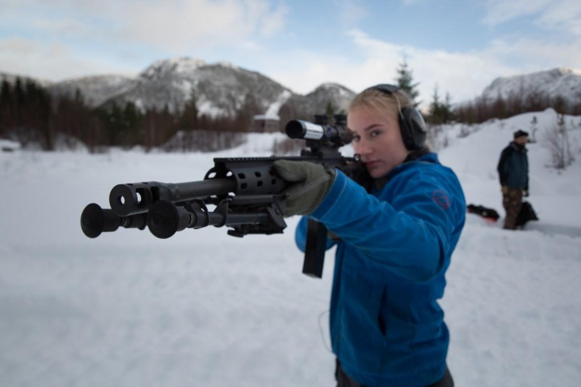 – Det er litt vanskeligere å håndtere en rifle enn en pistol synes jeg, forteller Emilie. (Foto: Ludvig Løkholm Lewin, NRK)