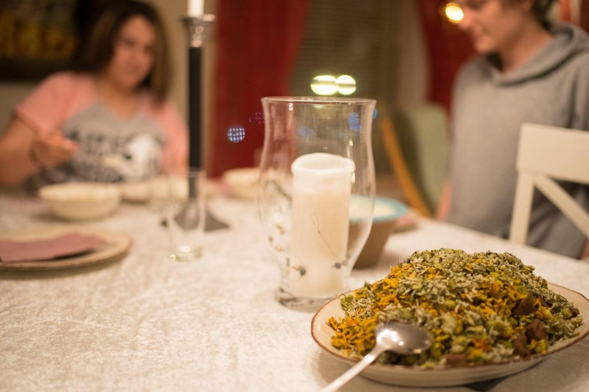 Iransk mat. To typar ris blanda saman. (Foto: Lars Erik H. Andreassen, NRK)