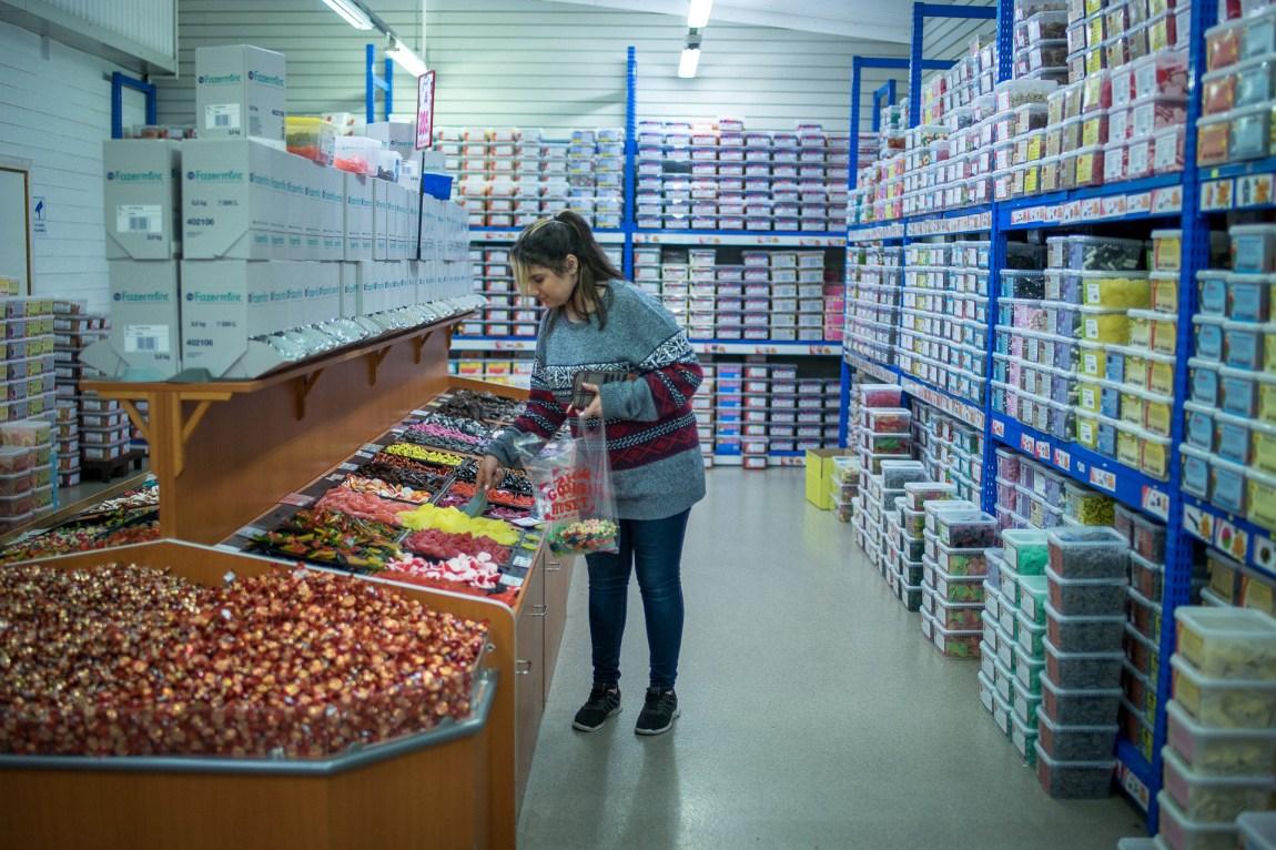 Shirin hamstrer godteri. Hyllene er endelause. (Foto: Lars Erik H. Andreassen, NRK)