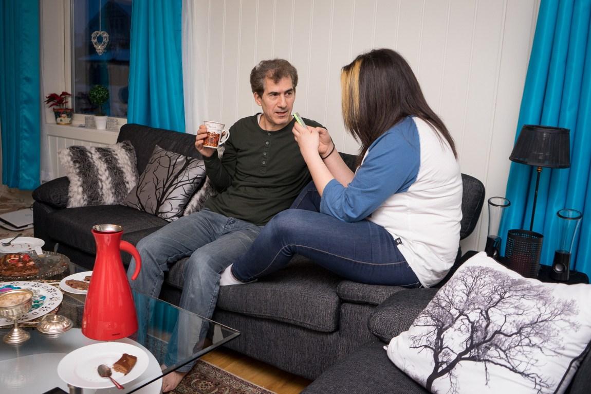 Shirin er på besøk hos pappaen Khosro. (Foto: Lars Erik H. Andreassen, NRK)