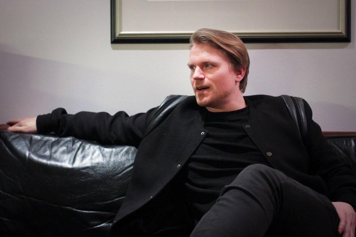 Sjekkeinstruktør Espen Korsvik avvister at det han driver med handler om å manipulere jenter eller om endre personlighet. I følge han går kurset hans i bunn og grunn ut på å lære gutter kommunikasjon og teknikker som gjør at du utstråler selvsikkerhet og karisma. (Foto: Frid K. Hansen)