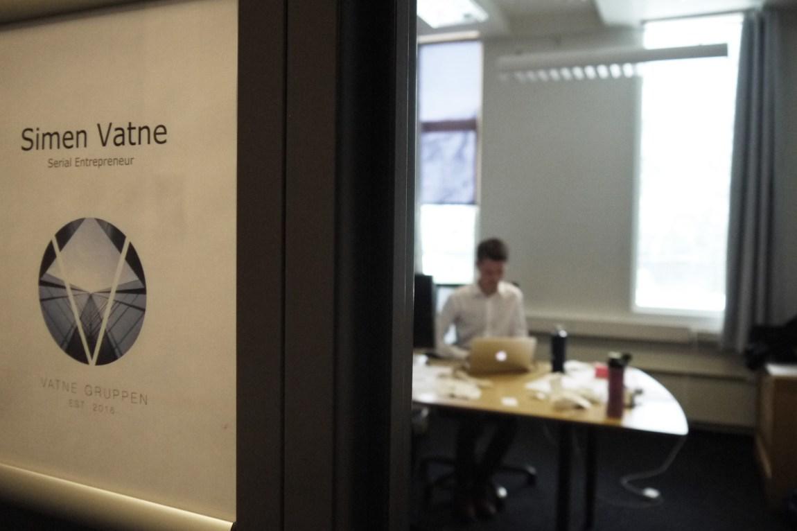 Simen leier et kontor i Glomfjord industripark. Derfra kontrollerer han «Vatne Gruppen». (Foto: Webjørn S. Espelend, NRK)