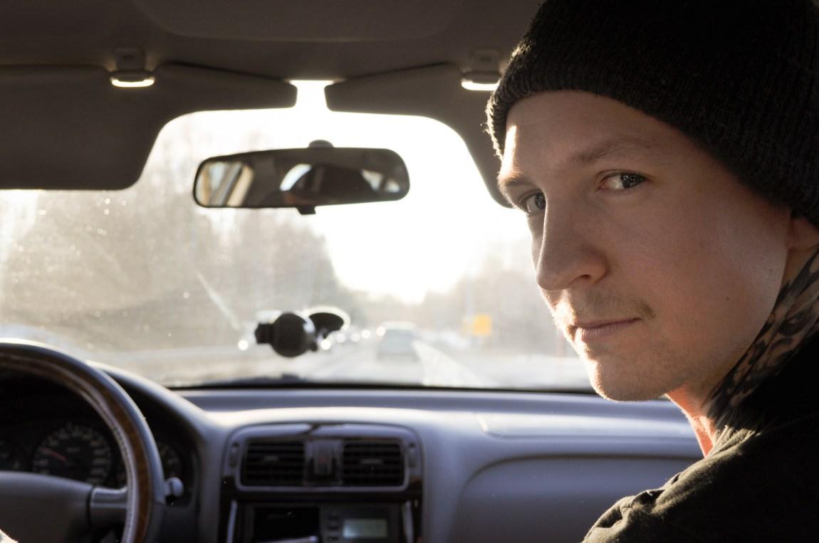 Stig Kalsnes (24) bruker fritiden sin på å jakte potensielle barneovergripere på nettet. (Foto: Ola Solheim)