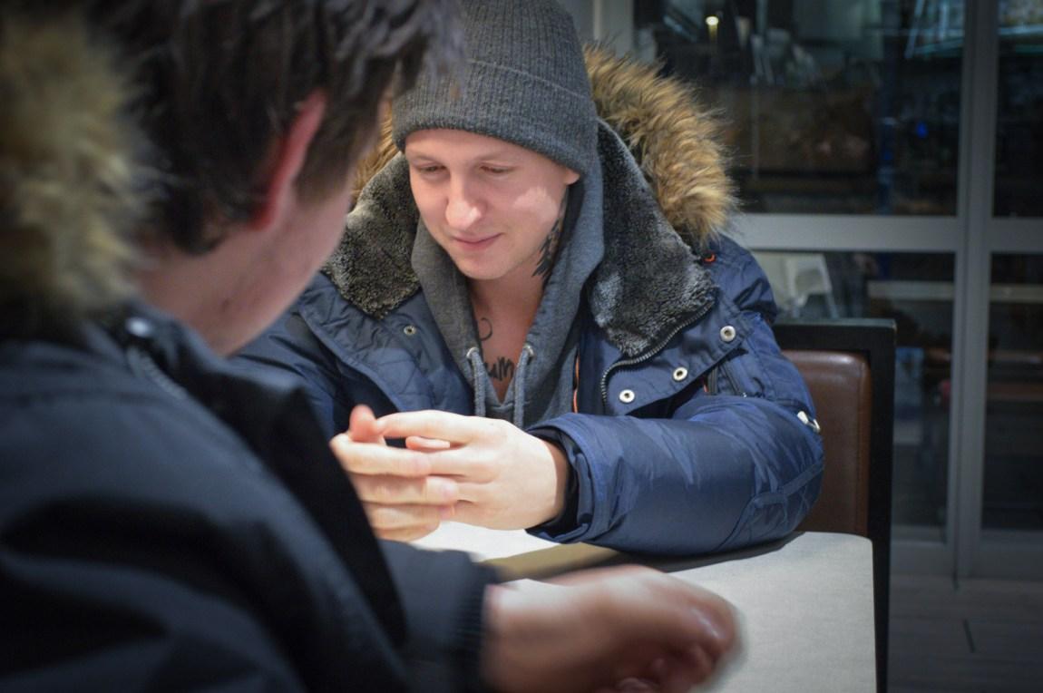 Stig Kalsnes (24) og hans venn, som også agerer som kameramann, snakker om konfrontasjonene med mennene. (Foto: Ola Solheim)