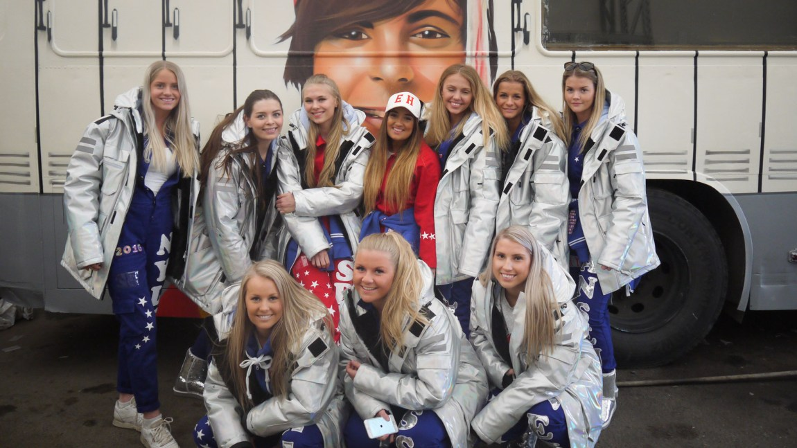 Jentene på russebussen «Senior Year» hadde «East High» som sitt dekknavn. Til det hadde de tre kleskolleksjoner på til sammmen rundt 300.000 kroner. (Foto: Webjørn S. Espeland, NRK)