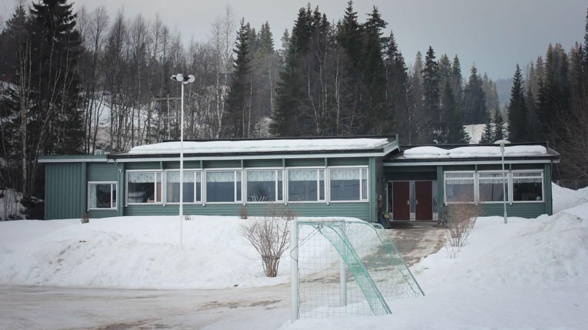 Selv om sameskolen i Hattfjelldal er den desidert største sørsamiske skolen i Norge, så er den ganske liten. Dette er undervisningsbygget, internatbygget er plassert litt bortenfor. (Foto: Frid K. Hansen)