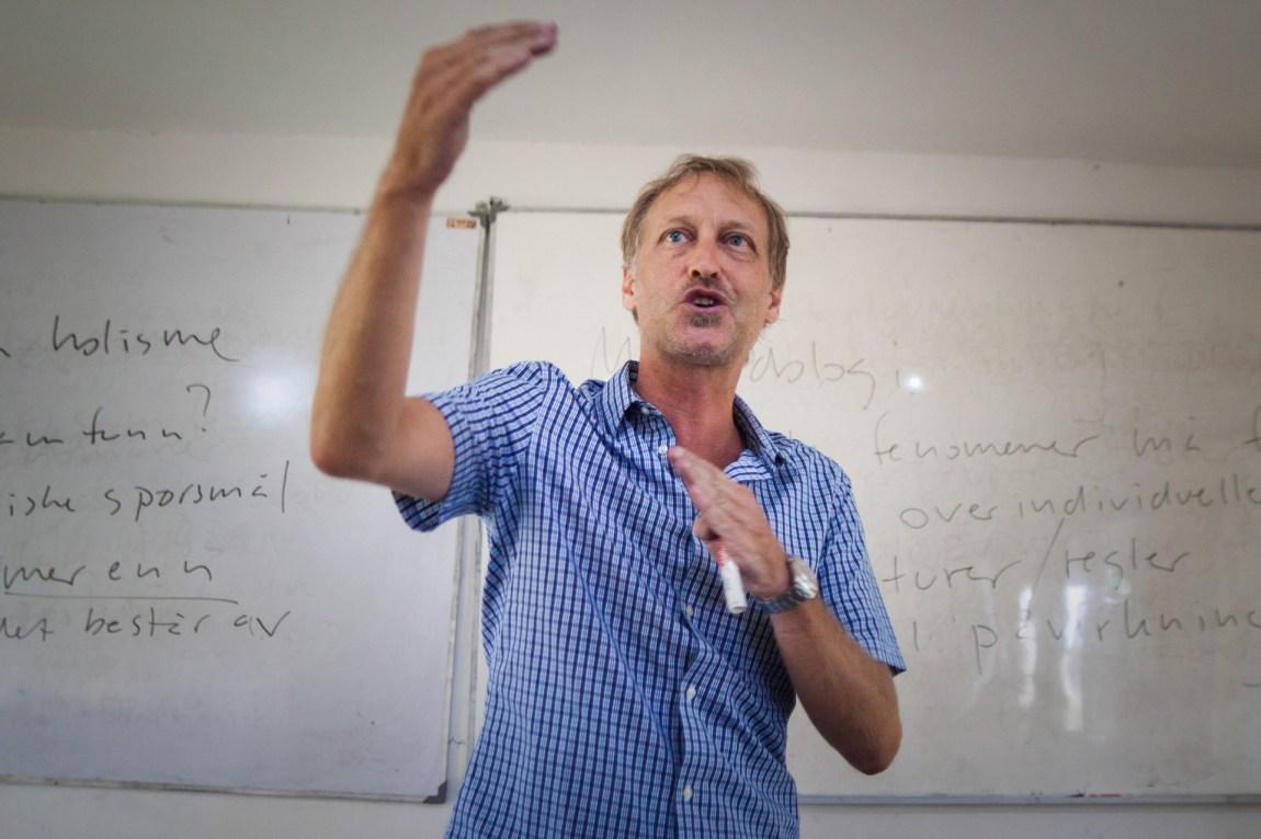 Finn Jor, daglig leder og lærer på GoStudy på Bali, mener studentene får god undervisning her: – Noe av det negative ryktet som det å studere på Bali har fått, tror jeg er en slags puritanisme, en norsk motstand mot at det skal være mulig å kombinere det nyttige med det behagelige. (Foto: Andrea A. Thiis-Evensen)