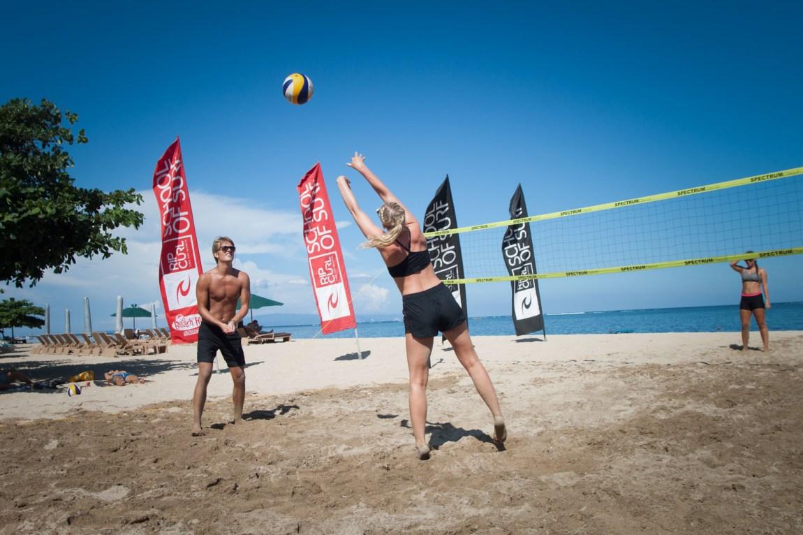 Martine under semifinalen i volleyballturneringen med de andre studentene på Bali. (Foto: Andrea A. Thiis-Evensen)