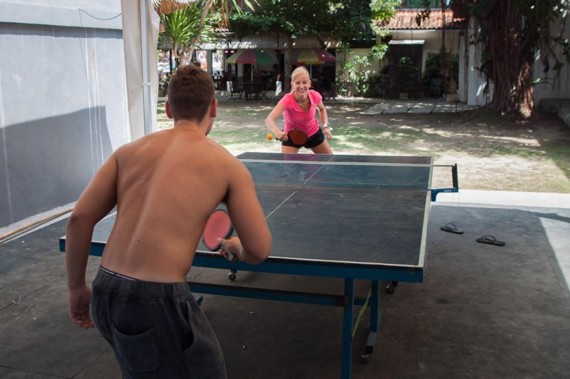 To studenter fra PT-linjen som akkurat er ferdige med eksamen spiller bordtennis på campen. (Foto: Andrea A. Thiis-Evensen)