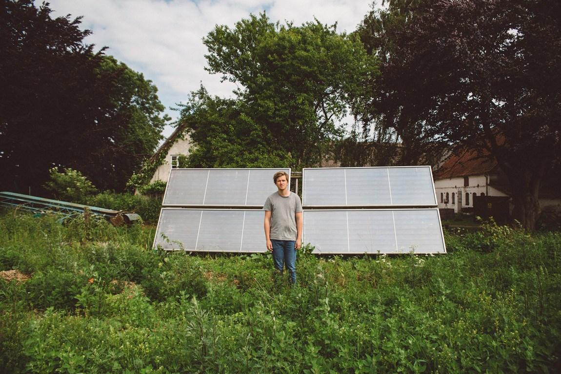 Sigbjørn Holte (24) besøkar broren sin gard i Danmark. Den er hundre prosent sjølvforsynt, men Sigbjørn kunne aldri tenkt seg å leve slik sjølv. Foto: Jørgen Nordby