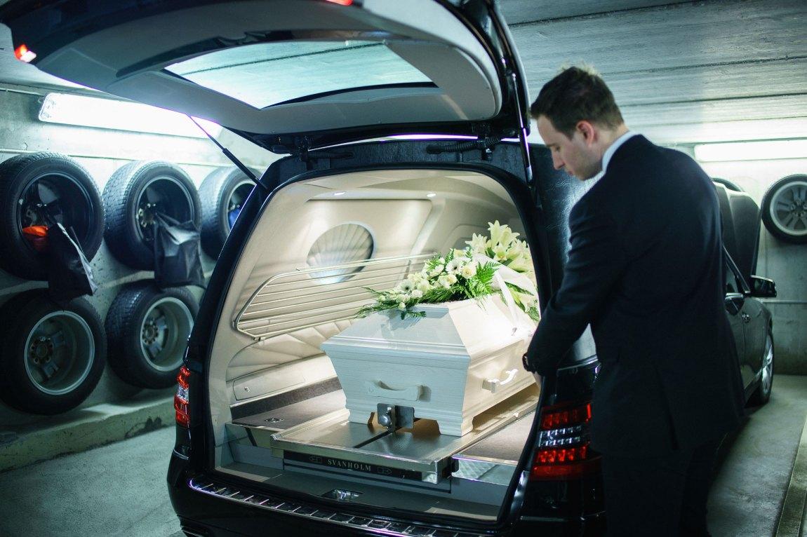 Kista kjøres til krematoriet etter bisettelsen.