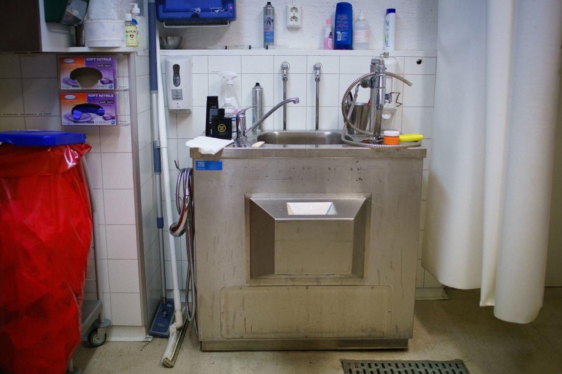 Inne på stellerommet er det en vask med hånddusj. Dersom den avdøde har hatt dårlig personlig hygiene før bortgang, får de en vask her.