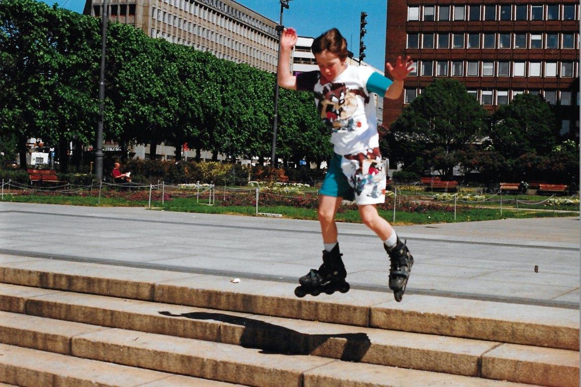 Richard var en aktiv gutt. Her står han på rulleskøyter nede ved Aker Brygge i Oslo. Foto: Privat
