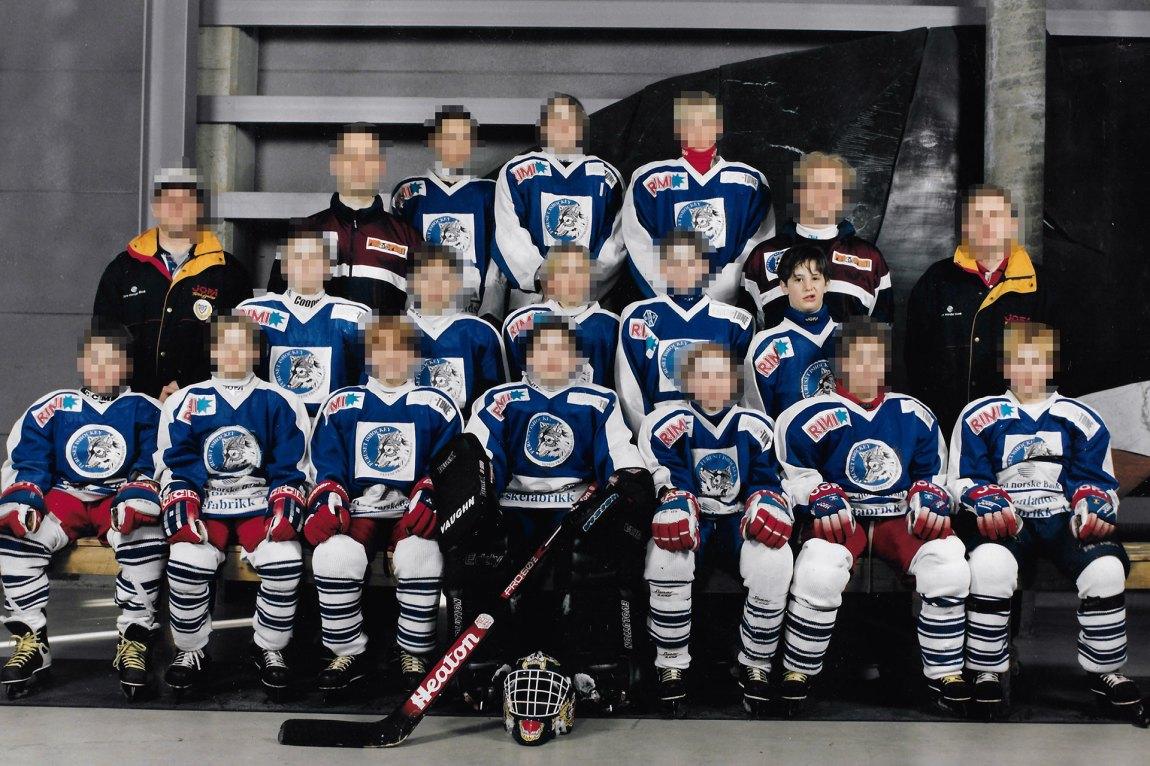 Richard (helt til høyre på bildet) var en ivrig ishockeyspiller i flere år. Som 14-åring sluttet han på laget og fikk en ny, rufsete vennegjeng. Foto: Privat