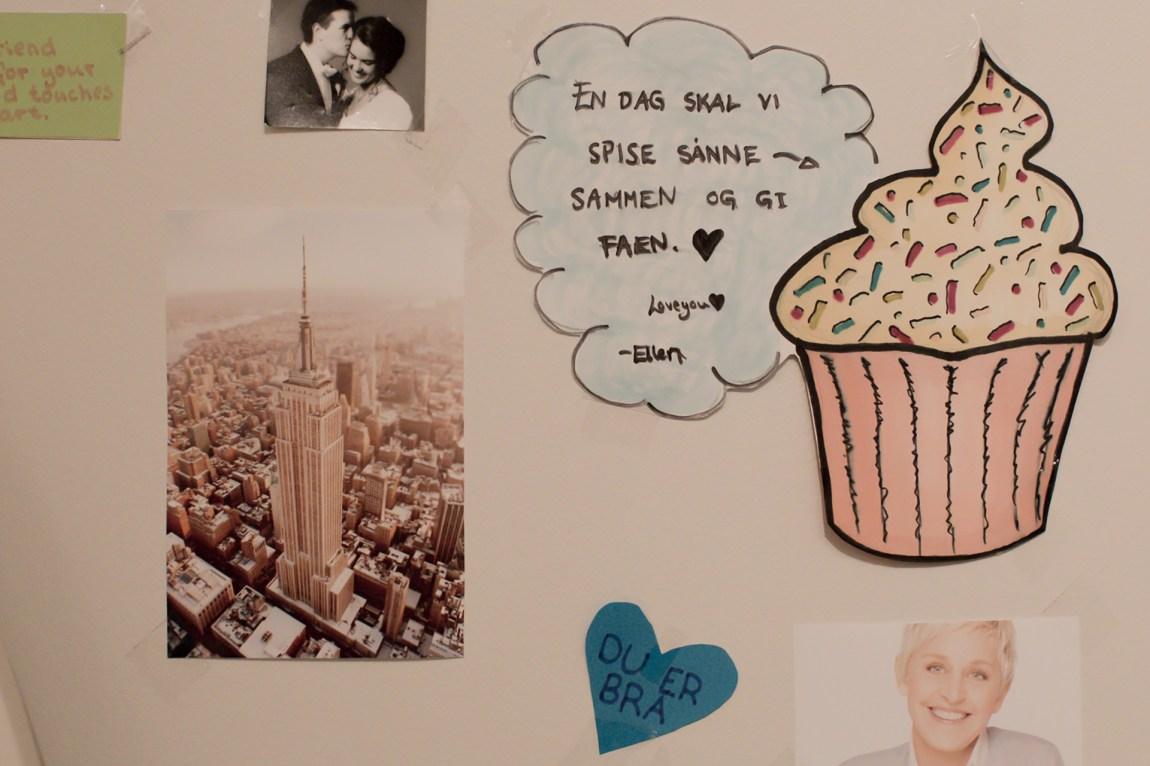 Speilet på rommet til Emeline er preget av små motivasjonstekster og hyggelige beskjeder, slik som denne. Foto: Rashid Akrim, NRK P3