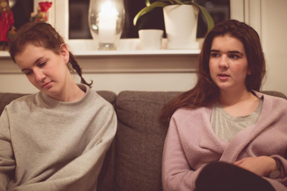 Forholdet mellom Emeline og lillesøster Henriette har blitt preget av anoreksien. Henriette har også kjent på vonde følelser knyttet til mat. Foto: Rashid Akrim, NRK P3