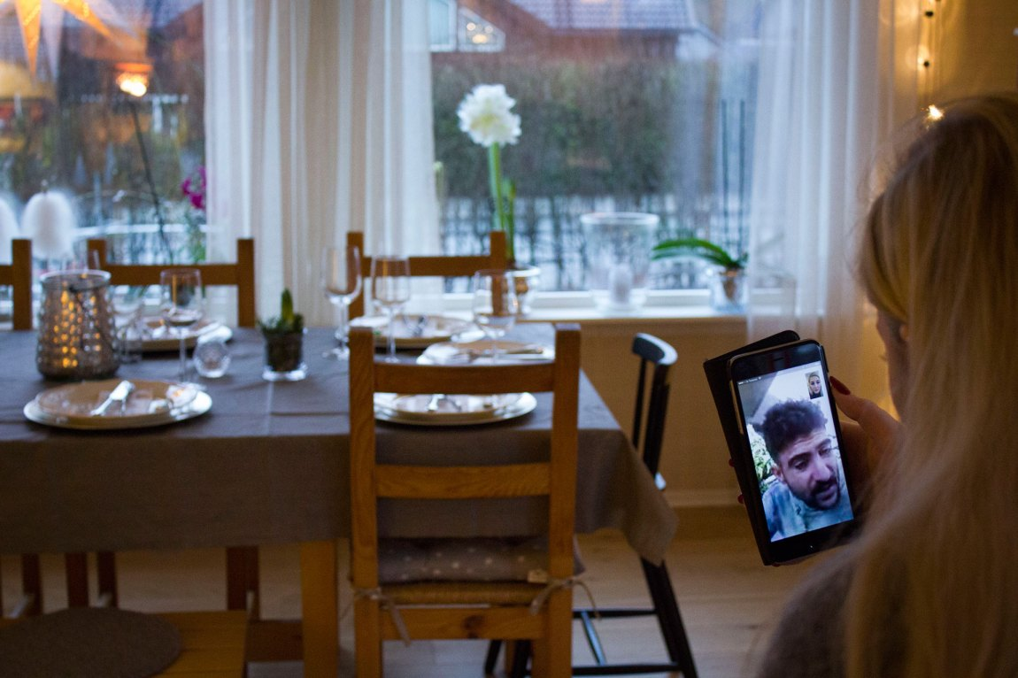 Thea er ein kort tur heime i Hommersåk før jul for å ta ein eksamen, men får daglege oppdateringar frå Nabaz  - her via Facetime.  Foto: Siri Bråtveit