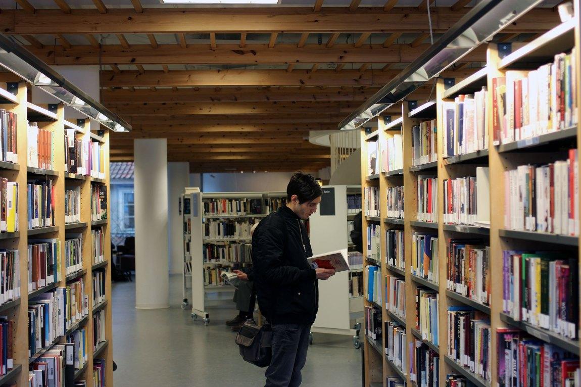 Majid er lite ute av huset, men drar iblant til biblioteket for å låne bøker. Han savner klassen sin på Røros Videregående skole intenst. Foto: Frid K. Hansen