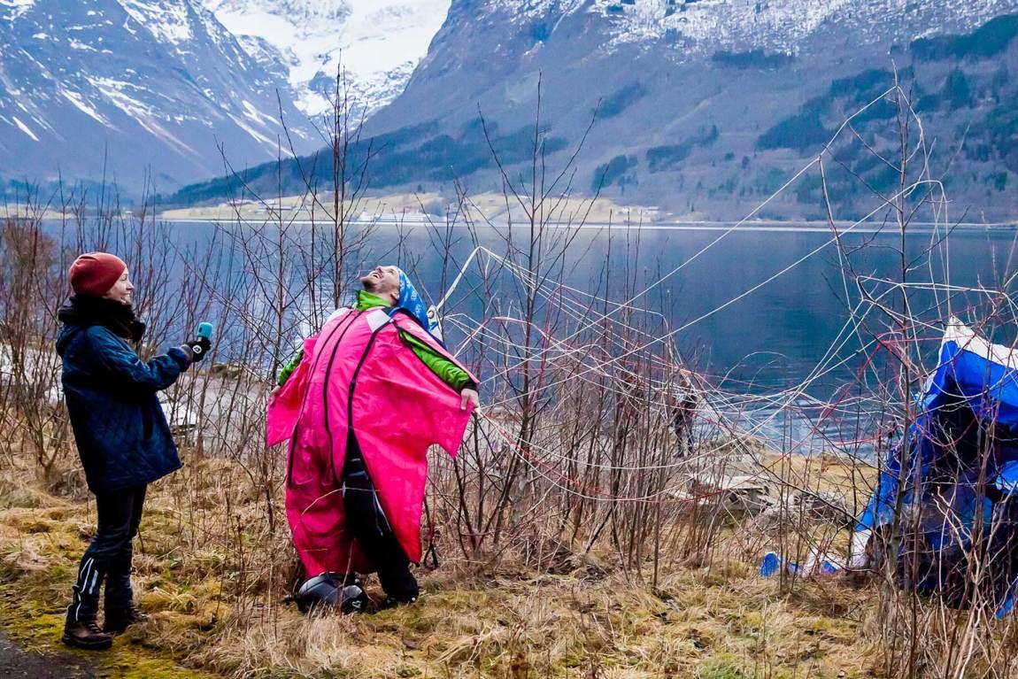 – Å hoppe base er en vanvittig følelse, sier Henrik. Han er i ekstase etter å ha gjennomført hoppet. Foto: Martin Aas, NRK P3