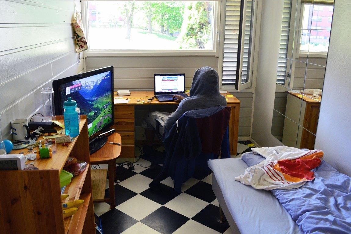 «Kjell» sitter på rommet sitt i overgangsboligen. Det som teknisk sett er en celle, ser ut som hvilken som helst studenthybel. Foto: Ola Solheim