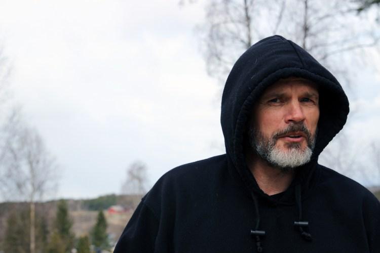 I skogen på Vestby løp Freddy Bolle rundt med Trond og de to andre eldre brødrene sine i hele barndommen. – Det var hard lek, men aldri ondskap, forteller Freddy. Foto: Nora Brønseth, NRK P3