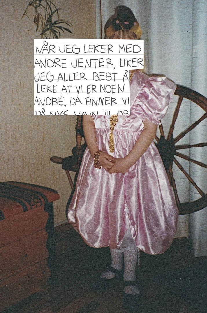 Bilde fra fotoalbum med teksten: Når jeg leker med andre jenter, liker jeg aller best å leke at vi er noen andre.