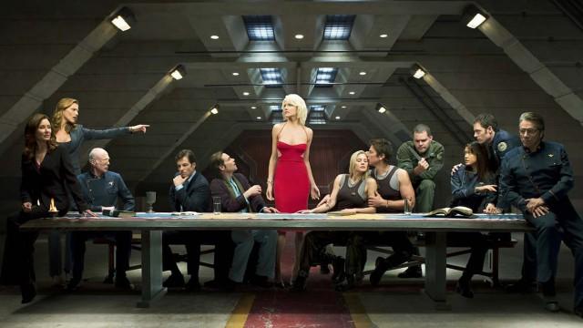 Tricia Hefner (i midten) viser at ikke bare ligner Cyloner på mennesker. De er passe heite også)