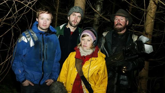 Filmteamet og jegeren i Trolljegeren. (Foto: SF Norge AS)