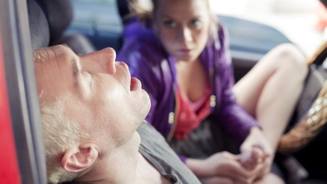 Maria Bock bruker foten mot Stig Frode Henriksen i Tomme tønner 2 - Det brune gullet. (Foto: Euforia Film)