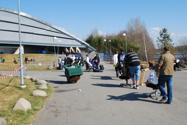 Det forsvinner mye rart inn i Vikingskipet om dagen. 5000 deltakere gjør seg klare til fem dager med datatreff, og alt fra potteplanter til gamle stoler er å se på vei inn. (Foto: Silje Strømmen, NRK P3)