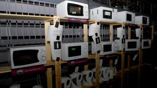 Vannkokere og mikrobølgeovner er en nødvendighet for deltakerne. (Foto: Silje Strømmen, NRK P3)