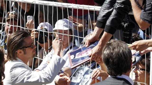 Brad Pitt hett bytte for autografjegere i Cannes (Foto: AFP).