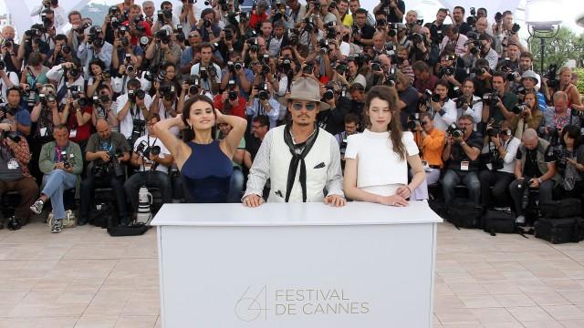 Penelope Cruz, Johnny Depp og Astrid-Berges Frisbey foreviges i Cannes (Foto: AFP).