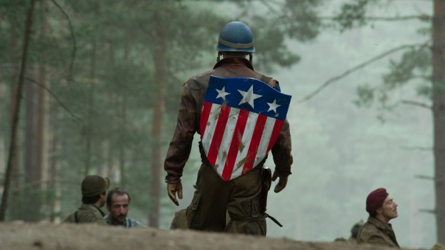Chris Evans viser skjoldet sitt i Captain America: The First Avenger (Foto: United International Pictures Norway).