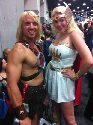 Marte Hedenstad som She-Ra på ComiCon San Diego. Her fotografert sammen med sin bror He-Man. Foto: NRK)