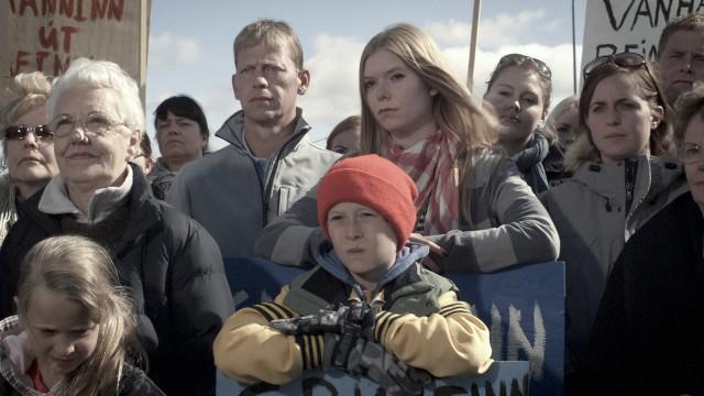 Demonstrasjon mot fjerning av alvestein? Det skjer i Sommerland (Foto: Europafilm).