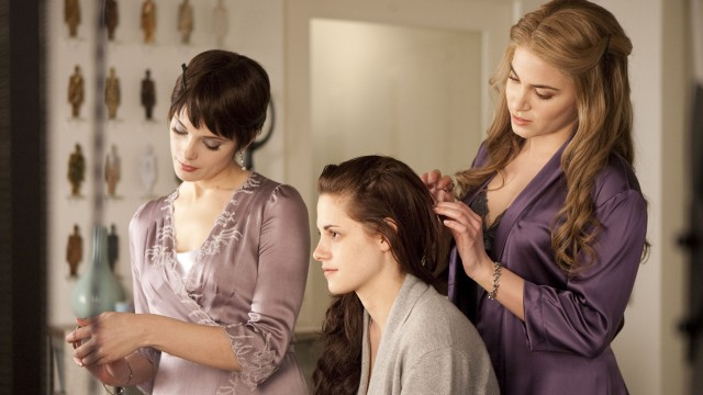 Ashley Greene, Kristen Stewart og Nikki Reed i The Twilight Saga: Breaking Dawn - Part 1 (Foto: Nordisk Film Distribusjon AS).
