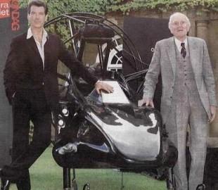 Pierce Brosnan sammen med Llewelyn. (Foto: MGM)