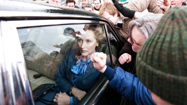 Maggie Thatcher (Meryl Streep) utsettes for demonstranters vrede i Jernkvinnen (Foto: Scanbox).
