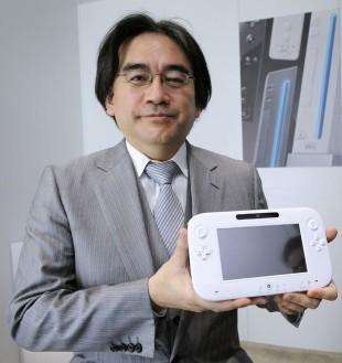 Nintendo-sjefen Satoru Iwata viste frem Wii U-konsollen for første gang under spillmessen E3 i 2011. (Foto: REUTERS/Phil McCarten)
