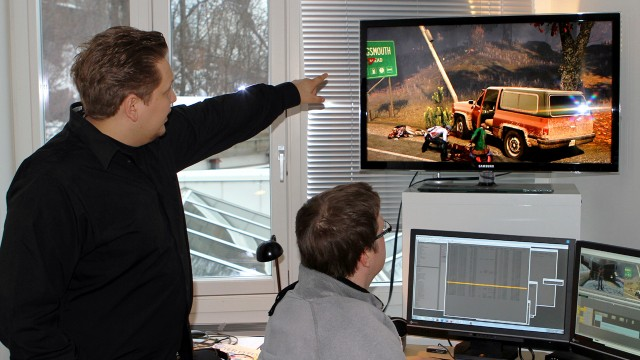 Erling Ellingsen viser frem The Secret World. (Foto: NRK / Alexander Fredriksen)